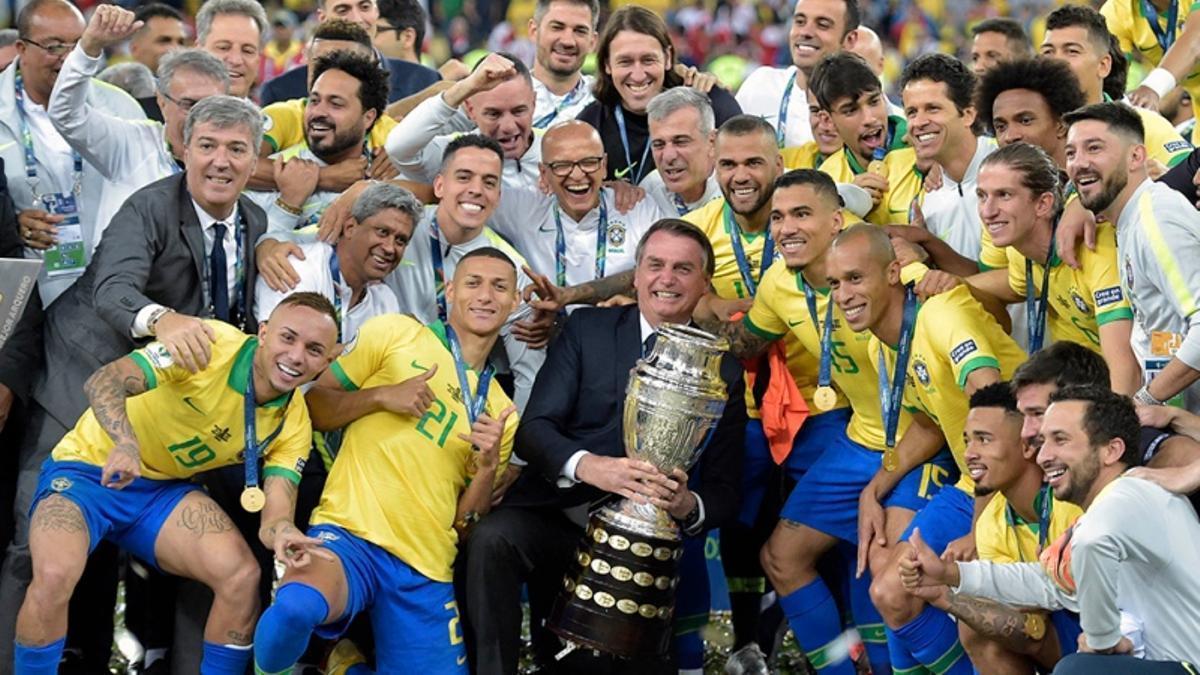 Bolsonaro, con el equipo campeón de la Copa América en 2019, que también se jugó en Brasil.