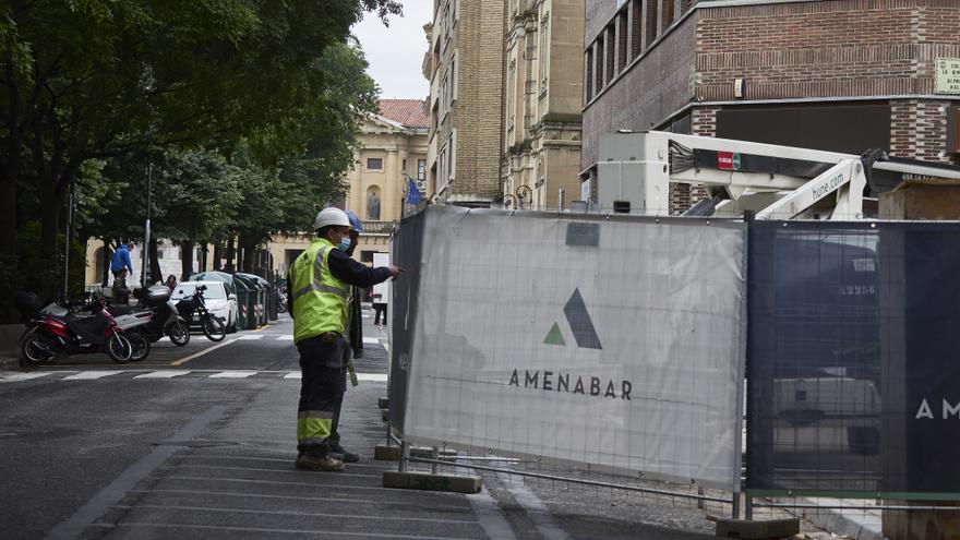 Archivo - Dos obreros trabajan en las zonas cercanas al Parlamento de Navarra