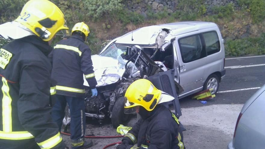 Los bomberos tuvieron que excarcelar al conductor del coche. Foto: BOMBEROS LA PALMA.