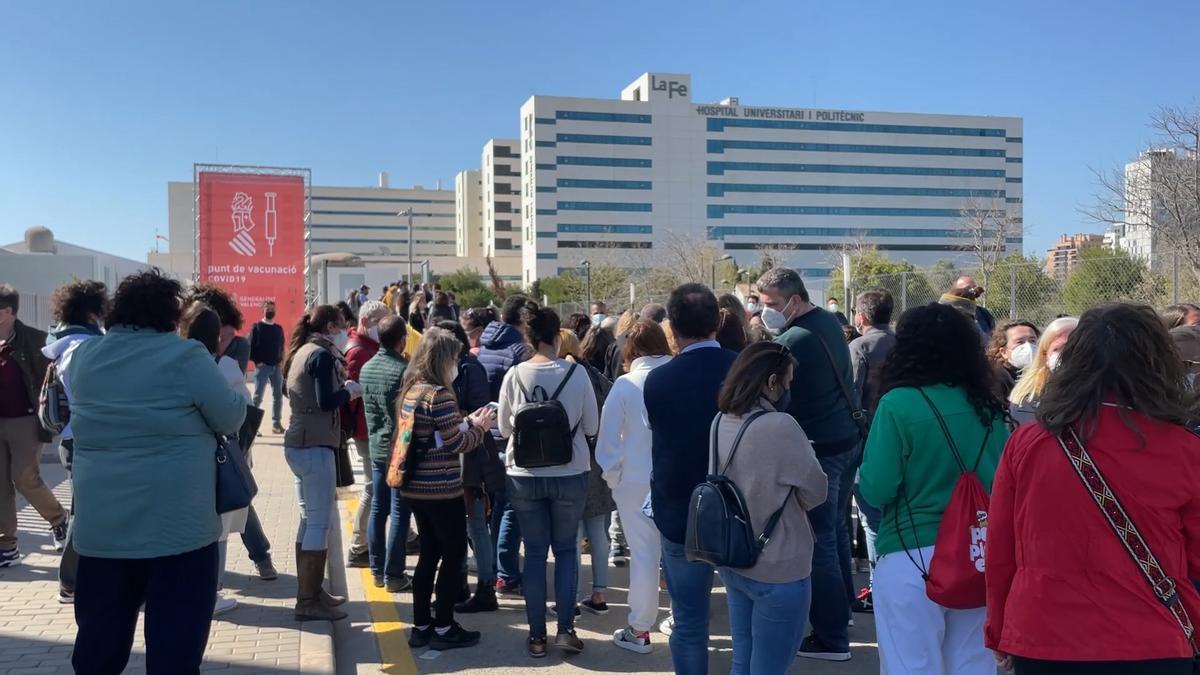 Profesores haciendo cola este lunes en València a la espera de ser vacunados.