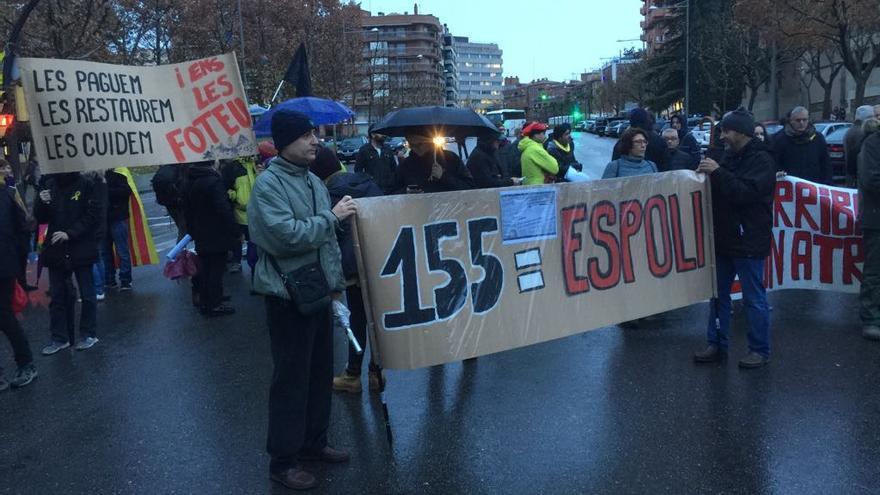 Decenas de personas protestan frente al Museo de Lleida por el traslado de los bienes de Sijena.