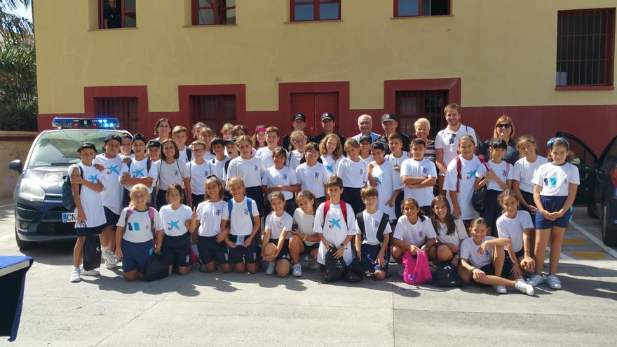 En la imagen,  el grupo de alumnos de La Palmita en la Comisaría. Foto: LUZ RODRÍGUEZ.