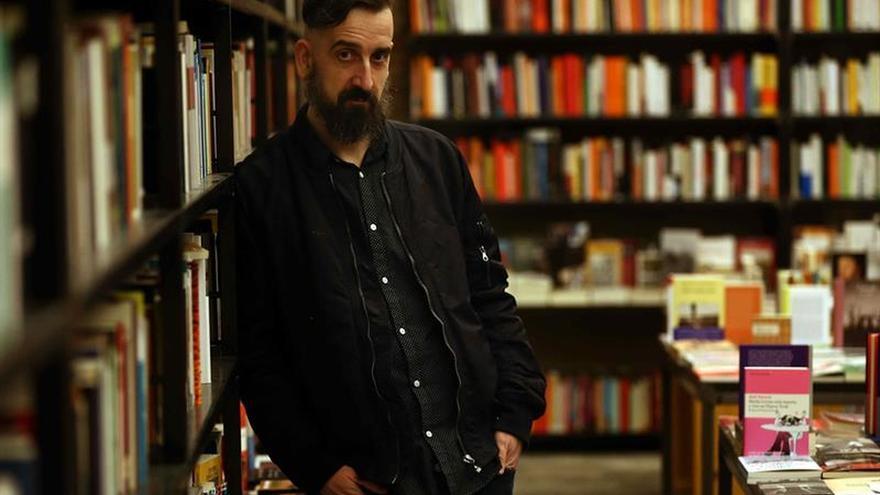 """Javier Calvo da visibilidad al traductor en """"El fantasma en el libro"""""""