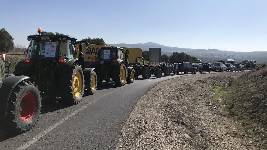 """Más de 5.000 tractores recorren la A-45 en Lucena ante la situación """"agónica"""" del sector agrario"""