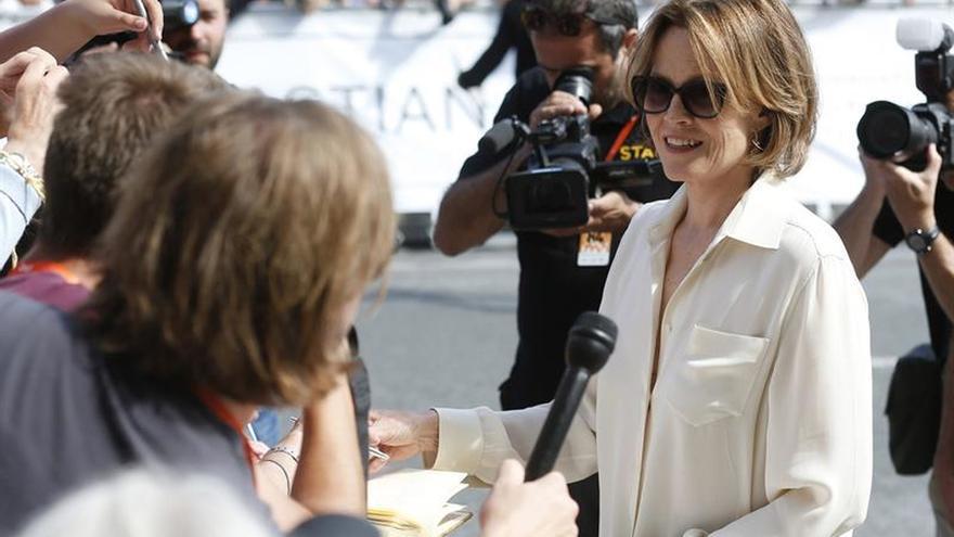 Sigourney Weaver reparte 'selfies' y autógrafos a su llegada a San Sebastián