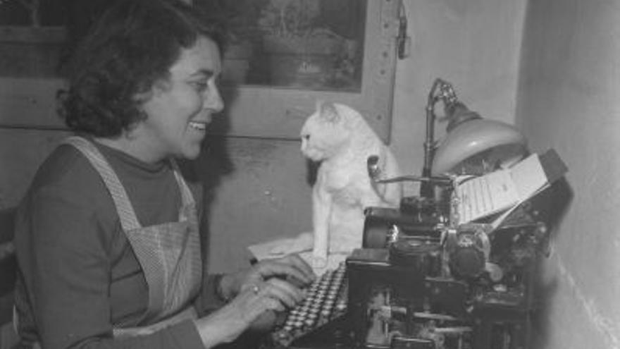 Renata Viganò escribiendo junto a su gato en una imagen de archivo.
