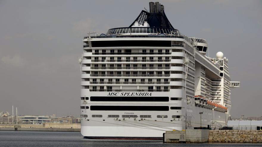 Un crucero atracado en el puerto de València