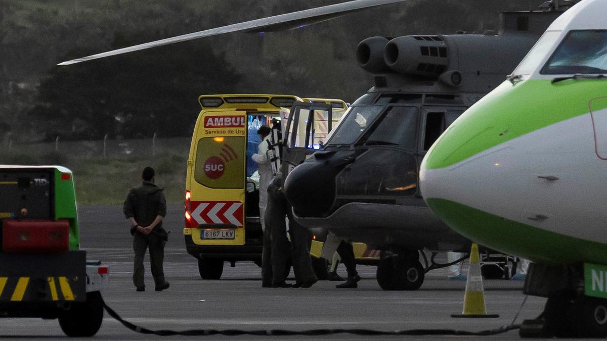 Llega a Tenerife el helicóptero con los supervivientes del cayuco localizado al sur de El Hierro con 17 cadáveres a bordo