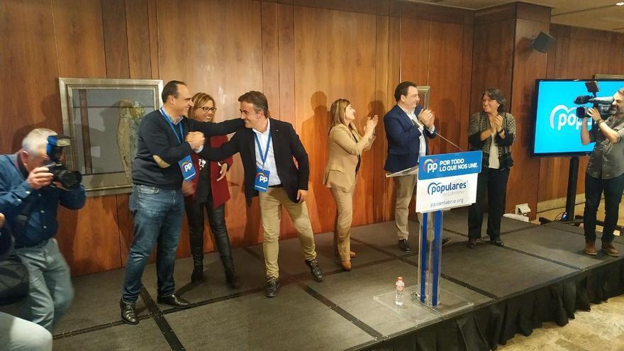 Diego Movellán felicita al senador Javier Puente en la noche electoral en Santander.