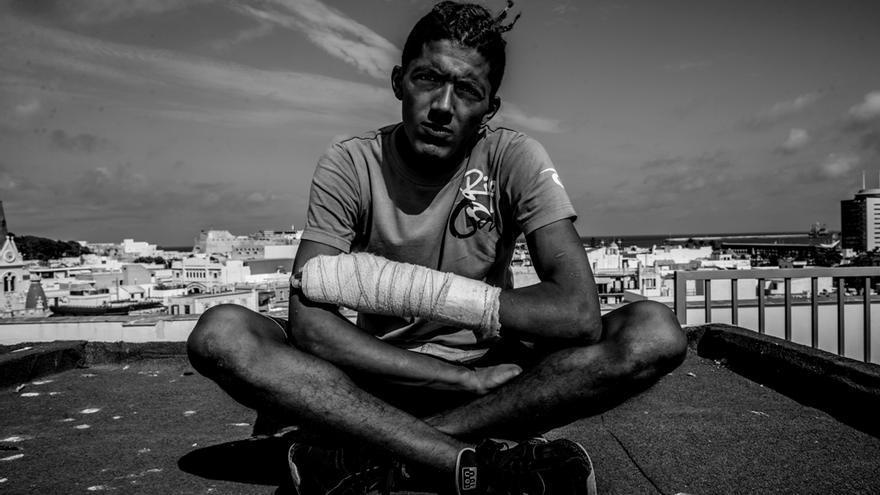 A Samir, argelino de 21, le negaron la atención sanitaria en el hospital por no tener papeles tras sufrir una agresión policial   FOTO: Médicos del Mundo
