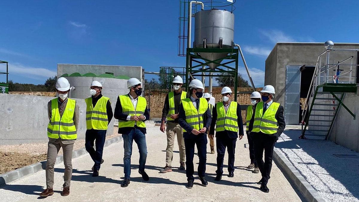 Los delegados de Agricultura, Ganadería y Pesca y de Desarrollo Sostenible, Juan Ramón Pérez y Giuseppe Aloisio, visitan la AAVV y EDAR de La Victoria.