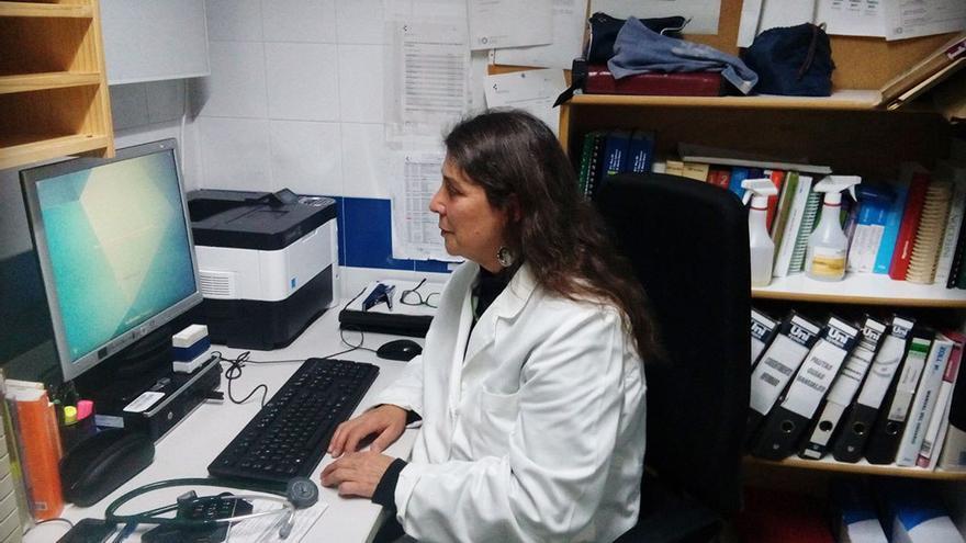 La doctora María Luisa Iglesias en su despacho.
