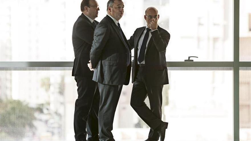 El presidente de la UD Las Palmas, Miguel Ángel Ramínez (c), junto a sus abogados hoy antes de entrar a declarar ante el juez. EFE/Ángel Medina G.