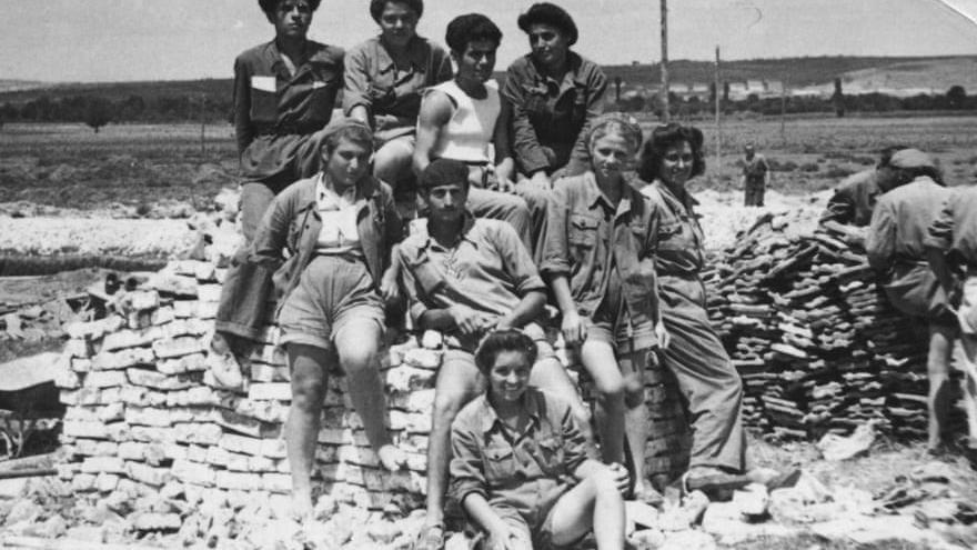 Un grupo de voluntarios posa durante la construcción de Dimitrovgrad (theguardian)