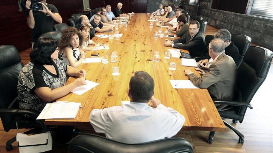 El presidente del Gobierno de Canarias, Paulino Rivero (de espaldas), presidió la reunión que mantuvo el Ejecutivo con organizaciones políticas y sociales en referencia a las prospecciones petrolíferas en Canarias. (Efe/Ramón de la Rocha).
