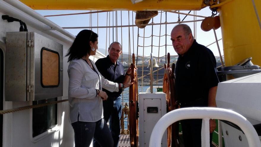 La alcaldesa de Tazacorte, a bordo del Alexander Von Humboldt II, con el capitán del buque y el contramaestre.