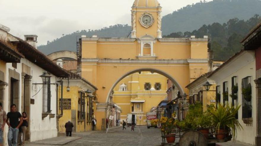 El Arco de Santa Catalina enmarca la figura maciza de La Merced, dos de los iconos de La Antigua Guatemala. Xorge