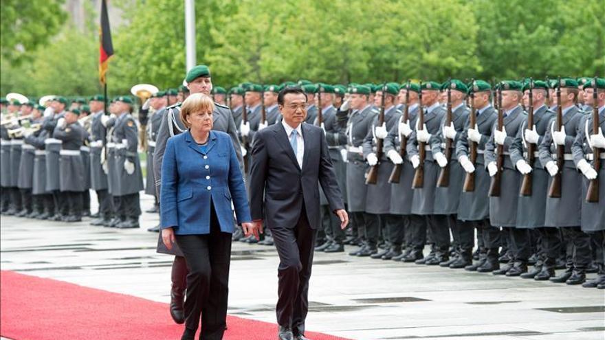Merkel recibe al primer ministro chino con honores militares