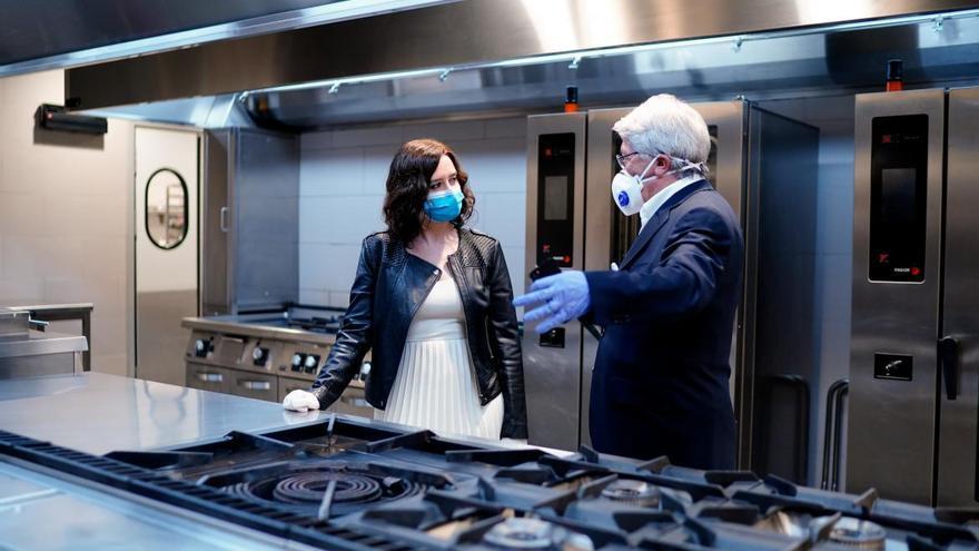 Isabel Díaz Ayuso junto a Enrique Cerezo en el acto que realizaron para anunciar un convenio para usar la cocina del Wanda Metropolitano