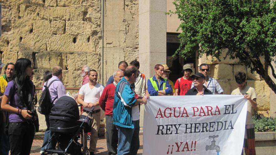 Protesta de usuarios del centro social Rey Heredia por el corte de agua y el retraso de la cesión del edificio por parte del Ayuntamiento de Córdoba.