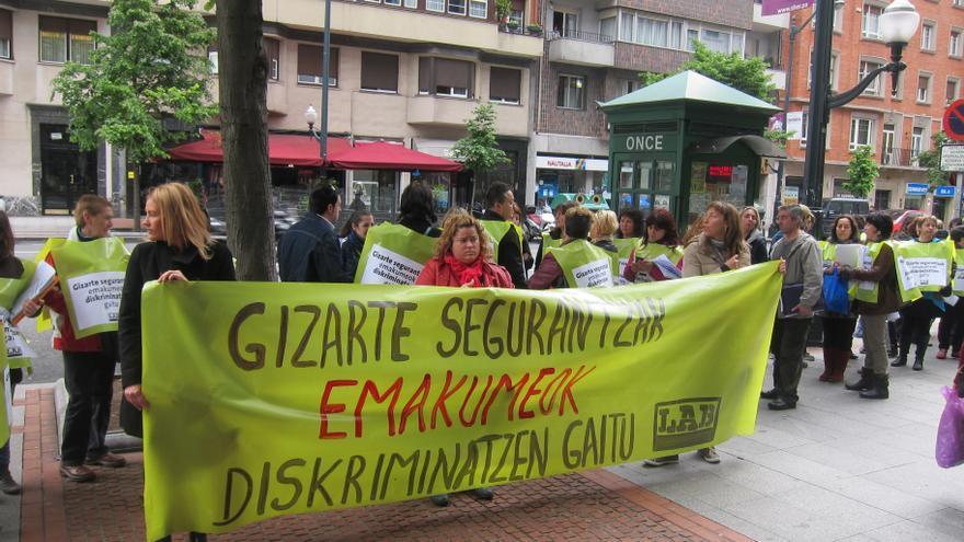 """LAB entrega 3.465 firmas de trabajadoras a tiempo parcial que denuncian """"discriminación"""" en el acceso a la jubilación"""
