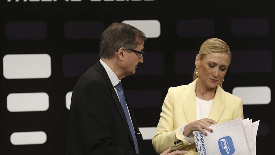 La presidenta de la Comunidad de Madrid, Cristina Cifuentes, junto al director general de Telemadrid, Angel Martín Vizcaíno. / Efe