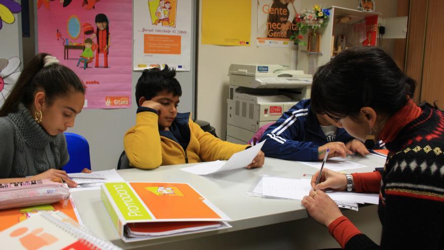 Niñas y niños gitanos atendiendo en clase / Fundación Secretariado Gitano