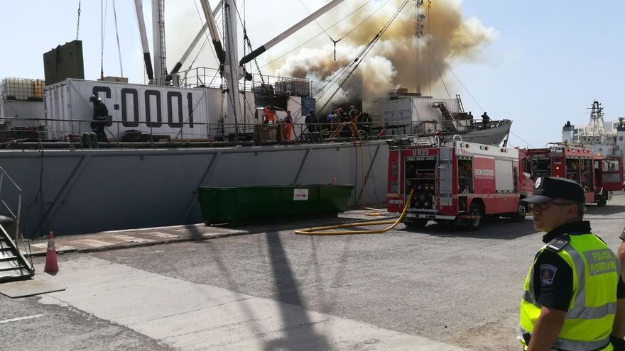 Incendio de un barco en el Puerto de La Luz. (Spplblaspalmas)