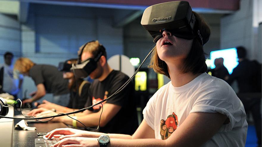 Usuarios inmersos en la realidad virtual que ofrecen nuevos dispositivos como Oculus Rift.