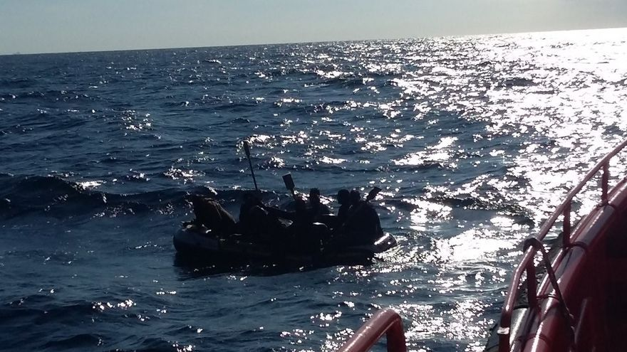 Rescatados 16 migrantes en una patera cerca de la costa de Barbate