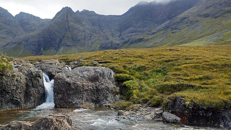 Las Piscinas de las Hadas son una curiosa sucesión de pozas y pequeños saltos de agua en las faldas de los Montes Cuillin. Allie Caulfield