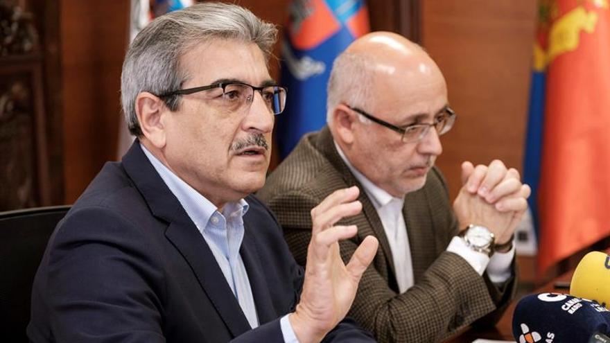 El presidente del Cabildo de Gran Canaria, Antonio Morales (d), y el presidente de su partido, Nueva Canarias, Román Rodríguez (i)
