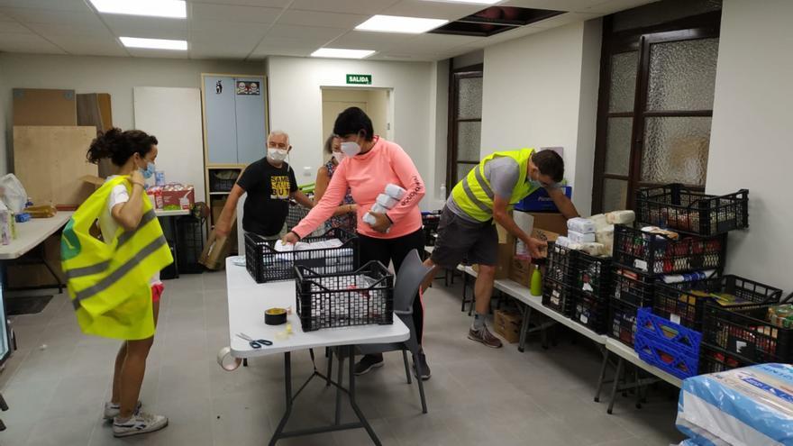 Preparación de cestas de alimentos, el pasado 16 de agosto, en la sede de la despensa solidaria, en la Casa del Cura