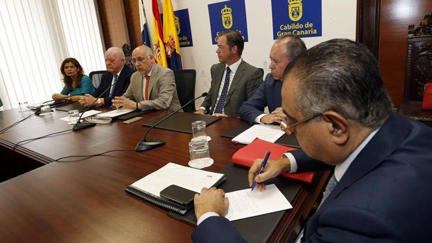 El presidente y el vicepresidente del Loro Parque, Wolfgang (2i) y Christoph Kiessling (3d), y el presidente del Cabildo de Gran Canaria, Antonio Morales (3i).