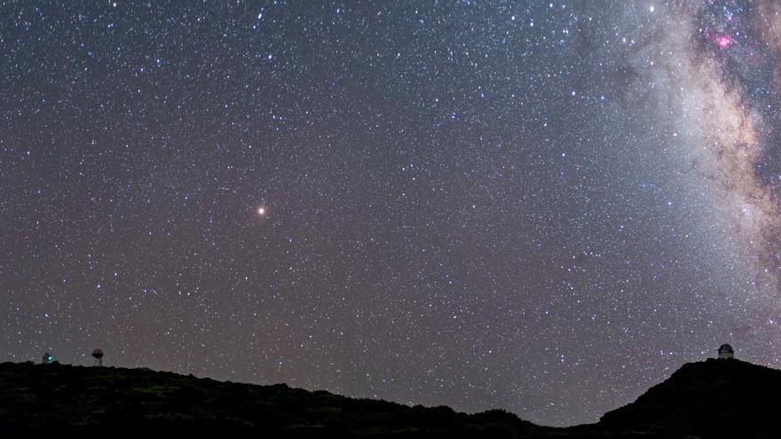Panorámica del Roque de Los Muchachos. En el cielo, en el centro de la imagen, se puede contemplar (punto de luz más intenso) Marte. Autor foto: Antonio González (Cielos-LaPalma.com)