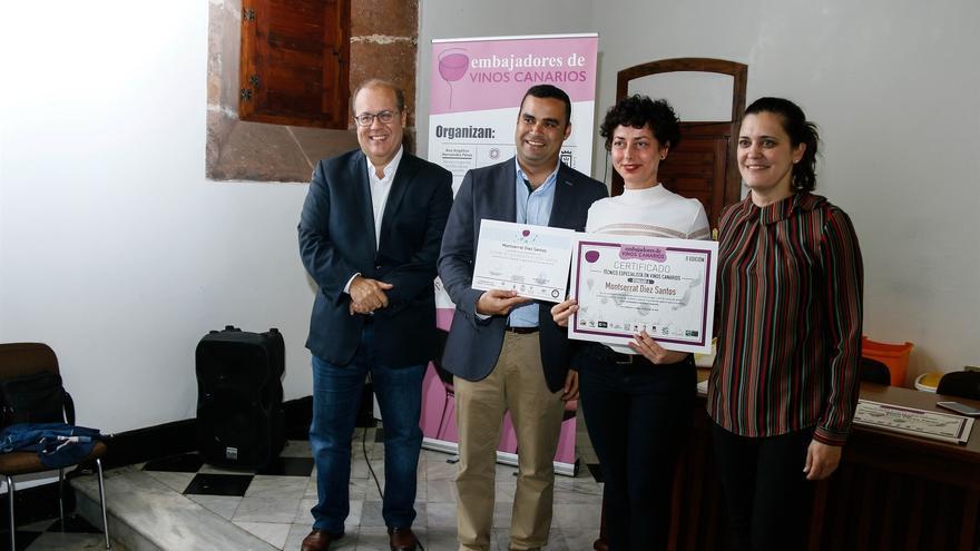 Entrega de las certificaciones este sábado, con el viceconsejero del Sector Primario, Abel Morales (derecha)