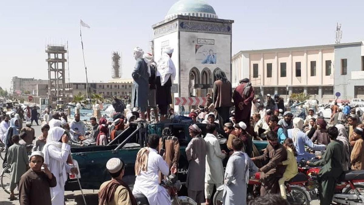Varios talibanes en la plaza principal de Kandahar tras la toma de la ciudad.