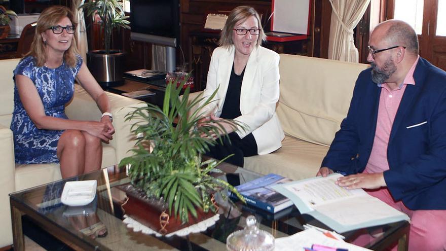 Un momento de la reunión entre la alcaldesa de Castellón, la consellera de Obras Públicas y el vicealcalde