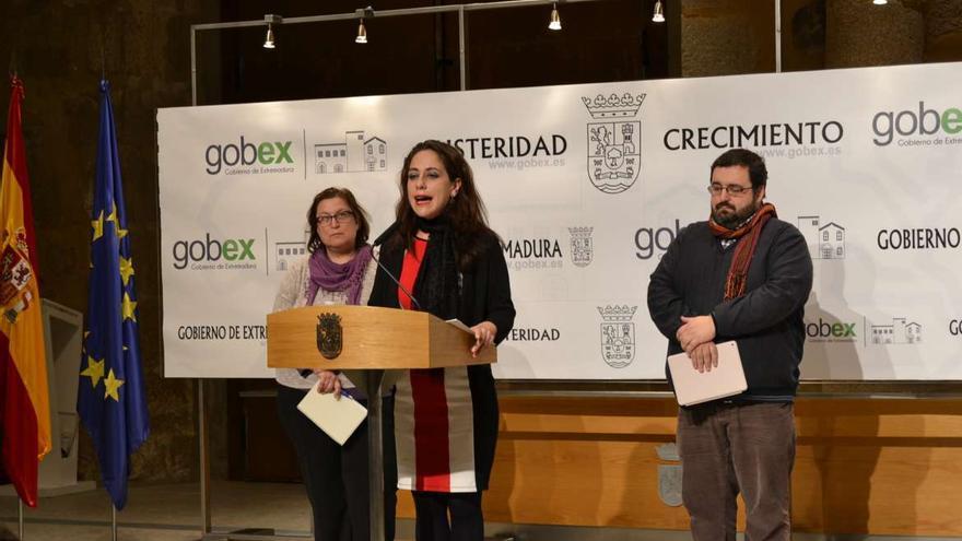 Presentación del proyecto de igualdad sexual: de izquierda a derecha María González, de Extremadura Entiende; María Muñoz, consejera, y José Núñez, de Fundación Triángulo