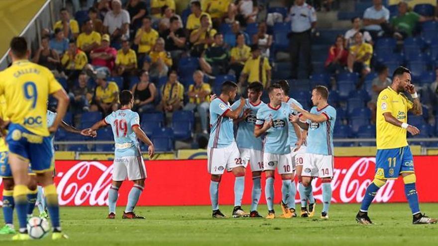 Los jugadores del Celta de Vigo, celebran el gol marcado ante Las Palmas, durante el partido de la octava jornada de Liga que disputan en el estadio de Gran Canaria. EFE/Elvira Urquijo A.