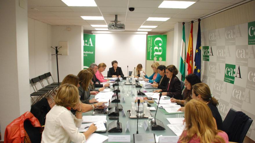 La presidenta del Consejo Audiovisual de Andalucía (CAA), Emelina Fernández Soriano, en la presentación del informe.