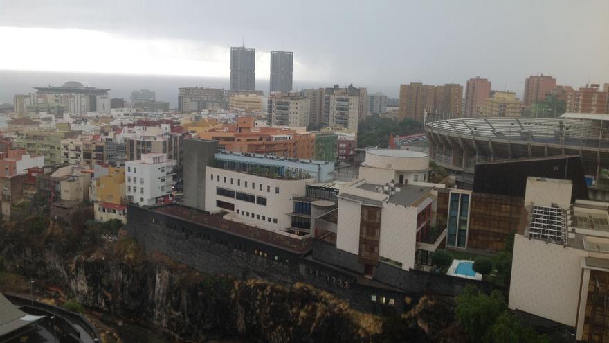 Santa Cruz de Tenerife, con la borrasca metida encima, este sábado por la tarde