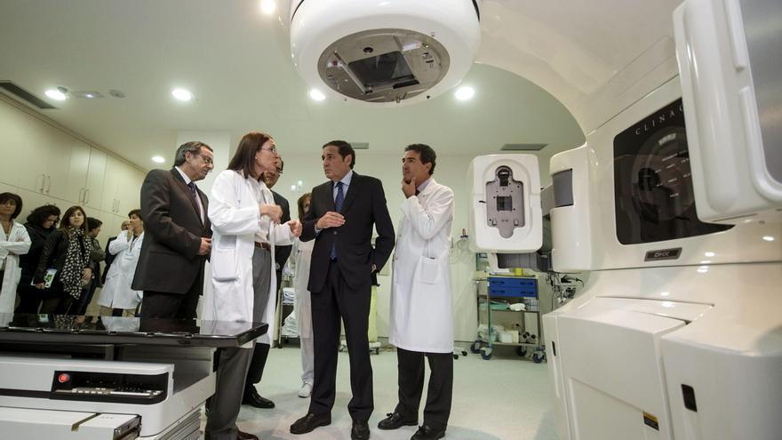 El consejero de Sanidad de Castila y León, Antonio María Sáez, junto al gerente del hospital de Burgos, Miguel Angel Ortiz durante una visita a las instalaciones del Hospital Universitario de Burgos en 2013 / EFE