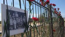 Flores junto a la tapia del cementerio donde se producían los fusilamientos