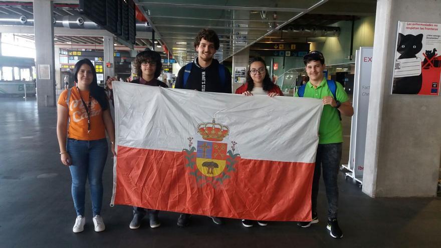 Los jóvenes de Breña Alta en el aeropuerto rumbo a Portugal.