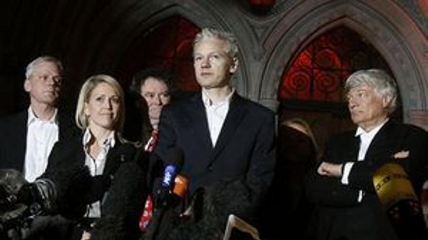 Julian Assange atiende a los medios tras salir de prisión. (EP)