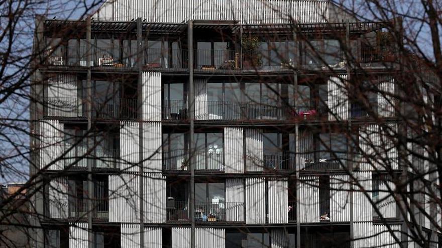 Vecinos de un edificio de viviendas en la capital vizcaína, aprovechan el buen tiempo durante el confinamiento, debido al estado de alarma sanitaria, a causa de la pandemia provocada por el Coronavirus.