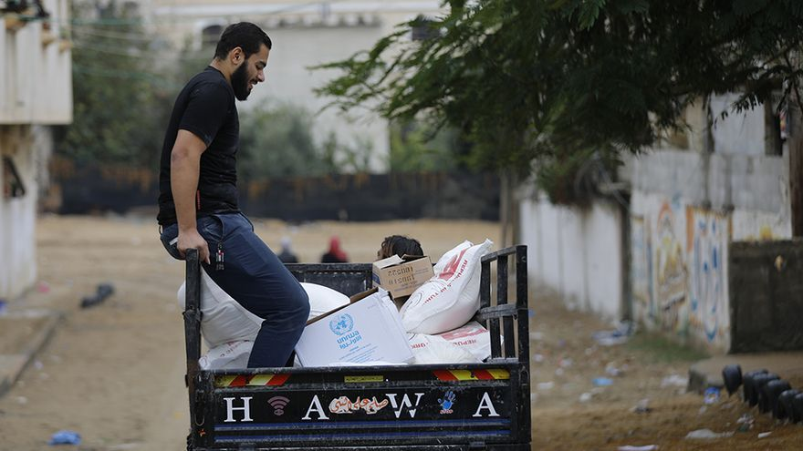 Un hombre transporta alimentos de UNRWA en camión en Gaza / 2017