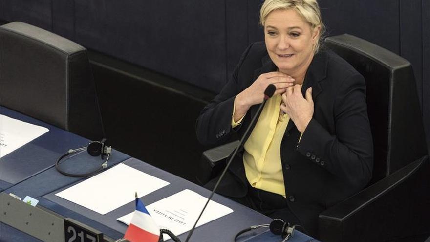 Le Pen retira la foto de un ejecutado por el EI a petición de la familia pero mantiene otras dos