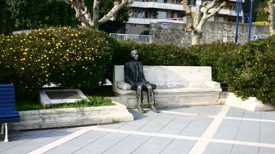 En la última etapa de su vida, Diego se consolidó como uno de los escritores más reconocidos de España. Ingresó en la Real Academia de la Lengua en 1947 y recibió multitud de premios y homenajes, entre ellos el Cervantes de 1979, que compartió con Jorge Luis Borges. En la fotografía, el monumento a Gerardo Diego en la Avenida Reina Victoria de Santander.